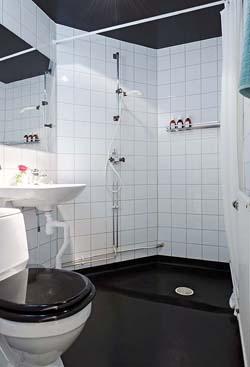Полотенецесушитель и теплый пол защищают ванную комнату от плесени и сырости